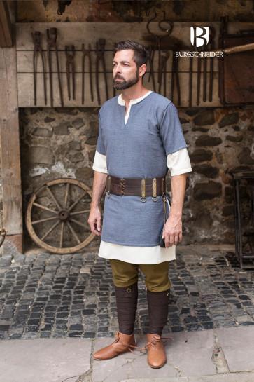 Mann mit Mittelalter Tunika Aegir von Burgschneider
