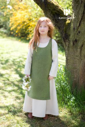 Lindgrünes Überkleid Ylva und naturweißes Unterkleid Ylvi von Burgschneider kombiniert